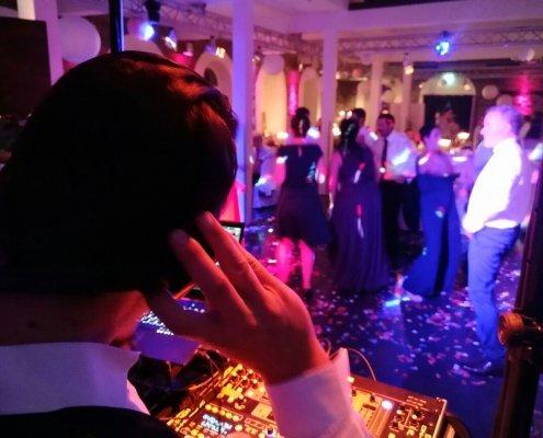 DJ Arne Winter ausgelassene Stimmung mit DJ Köln, DJ Bergisch Gladbach, Hochzeits DJ, Event DJ, Veranstaltungstechnik