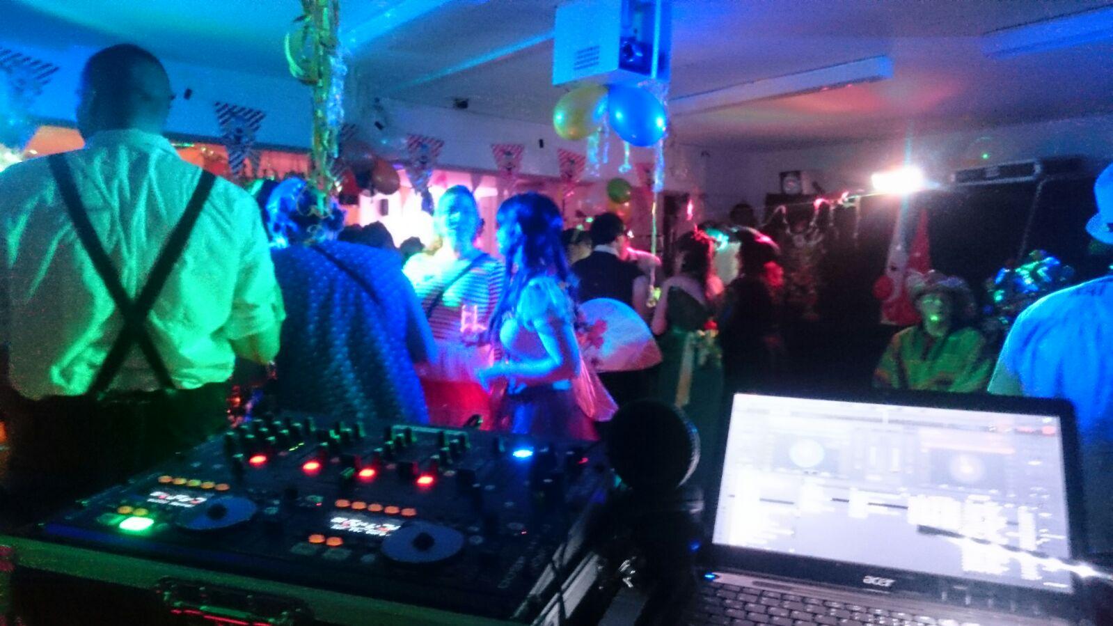 DJ Arne Winter als Hochzeiuts DJ mit Technik und perfekter Party-Stimmung 4